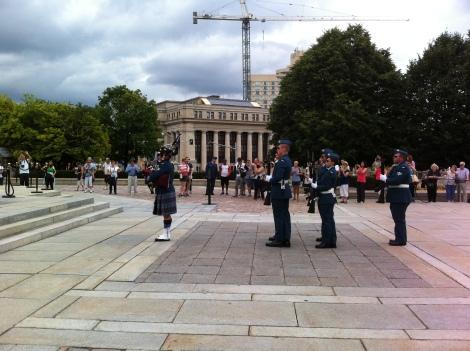 Troca de guarda na tumba do soldado desconhecido próximo ao Parlamento.