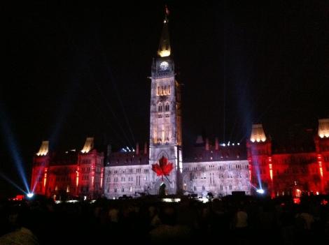Espetáculo de projeção de luzes em 3D no Parlamento Canadense.